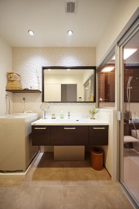 おしゃれなタイルが映えるフロートタイプの洗面化粧台