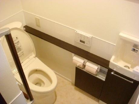 和式から洋式へ・・階段下スペースを利用し広々トイレへ