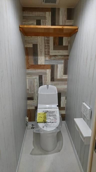 アクセントクロスが印象的なトイレ