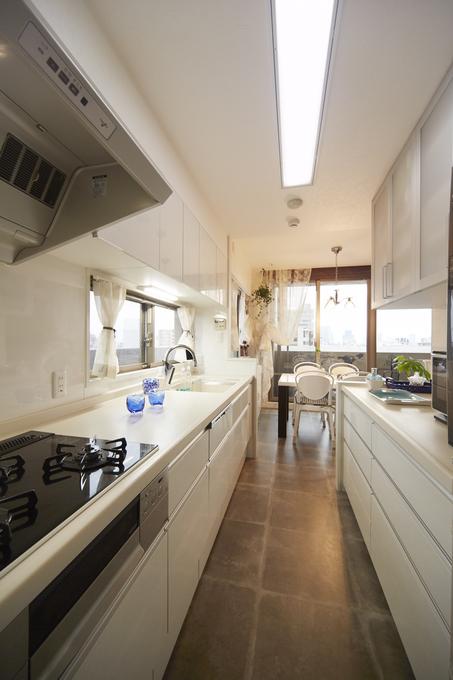 間仕切壁を造作して、お料理に集中できる独立型キッチン