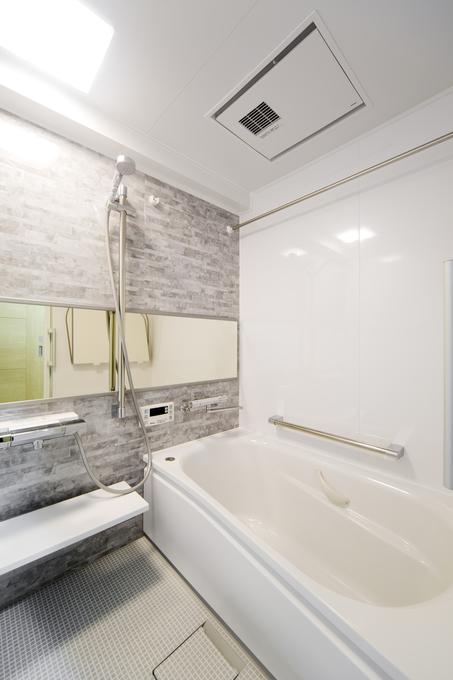 手すりと浴室暖房乾燥機を付けて安全に入浴できる浴室