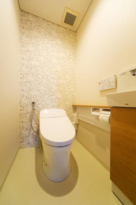 リーフ柄のクロスでリラックスできるナチュラルなトイレ