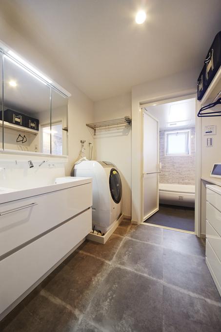 作業カウンターで効率よく家事がはかどるサニタリー空間