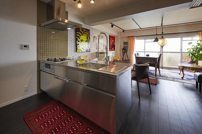 アクセントタイルとオールステンレスが調和する海外風キッチン