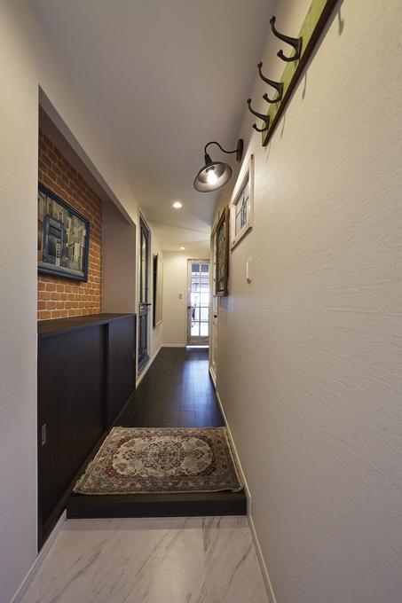 フィルムシートで玄関を一新!アート作品を美しくディスプレイ