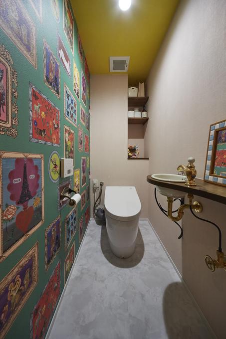 ナタリーレテの壁紙がインパクト大のポップなトイレ空間