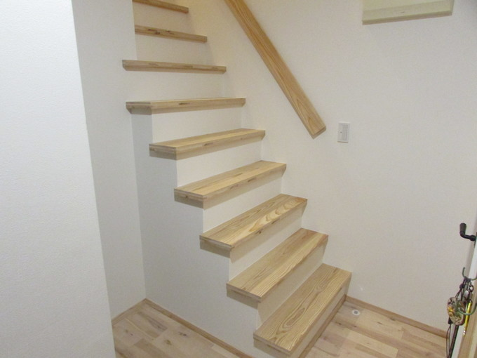 杉板を使ったオープン階段