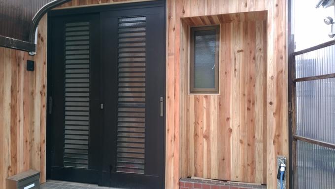 杉板張りのラフな玄関
