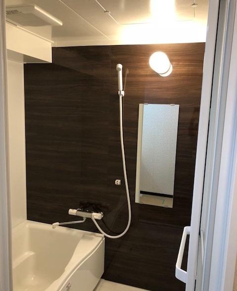 アクセントパネルが映える清潔感溢れる浴室