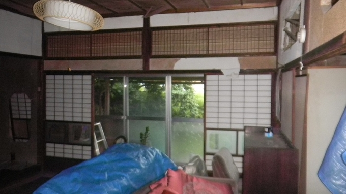 熊本地震の爪痕が残る室内。