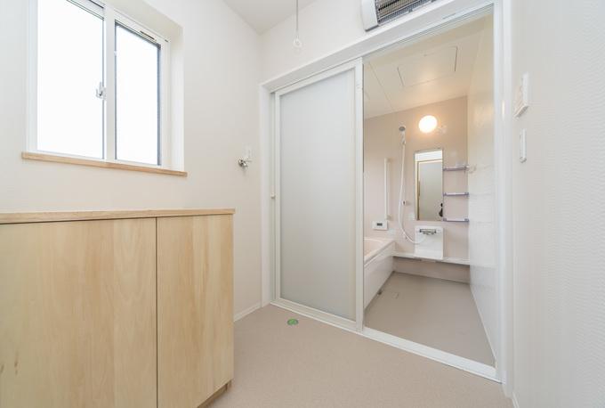 脱衣所には暖房機を設け、冬でも暖かく快適です。