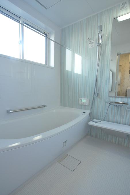 爽やかストライプの浴室