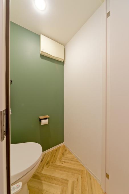 トイレは落ち着きのあるグリーンのアクセントクロスで