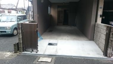 暗く亀裂も入っていた駐車場を補修