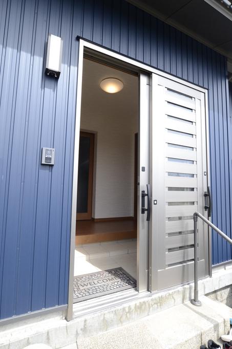 玄関から中に入ると、リビングへ続くドアがあり、右側にトイレを設けました。