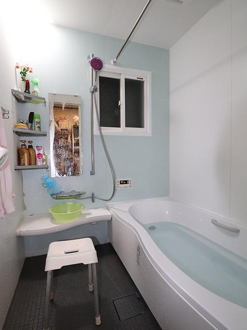 温かい寛ぎのバスルーム