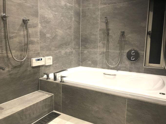 広いバスタブのあるこだわりの浴室