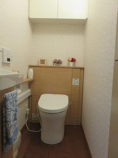 収納力と清潔感のあるトイレ