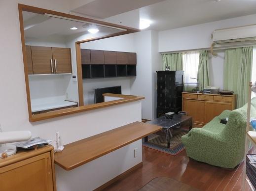 キッチン前のカウンターで食事ができるレイアウトにしキッチンとリビングが一体感ある空間になりました。