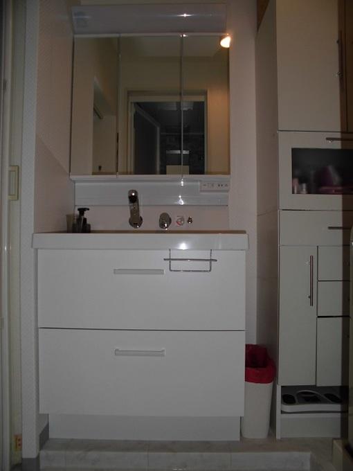 白の基調で明るい洗面スペースになりました。