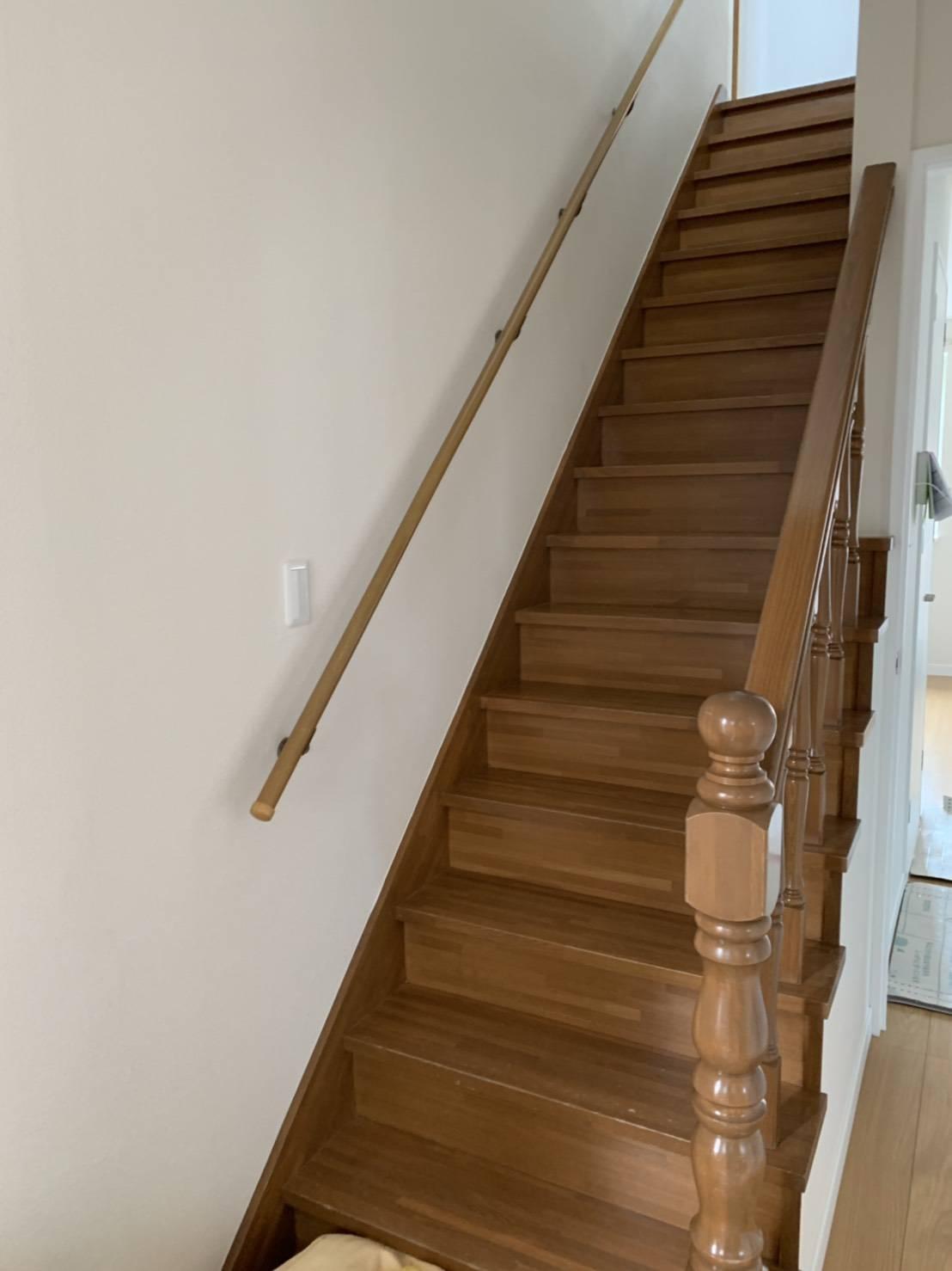 手すりのついた安全な階段