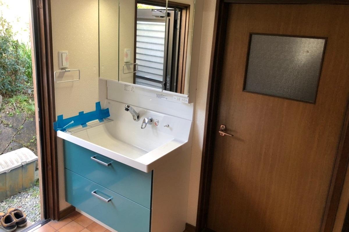 鮮やかなブルーの洗面台に交換!