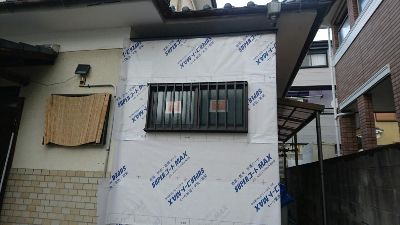 増築部分の工事です。防水・防風・透湿シートをはります。