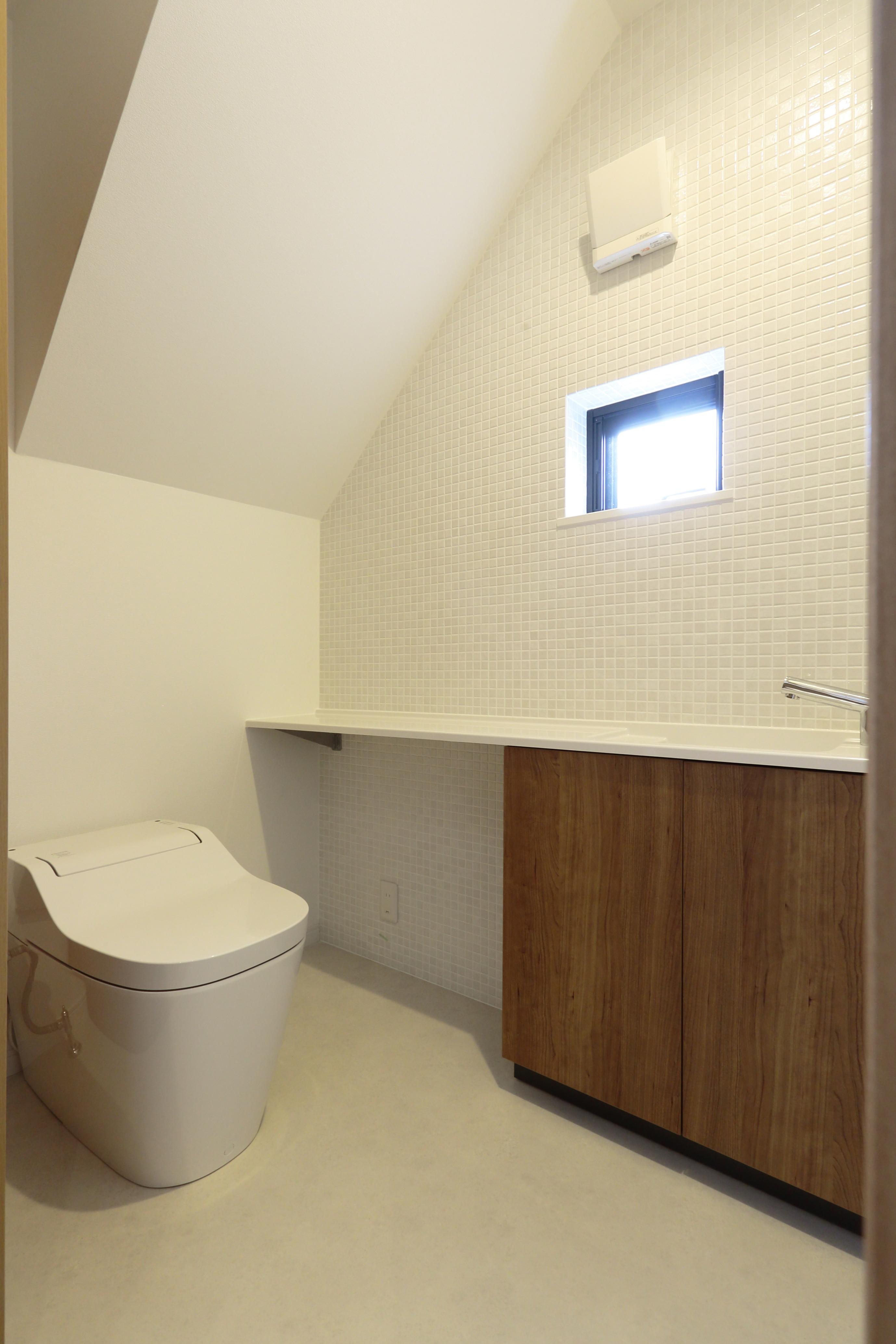 階段下空間を活用したトイレ