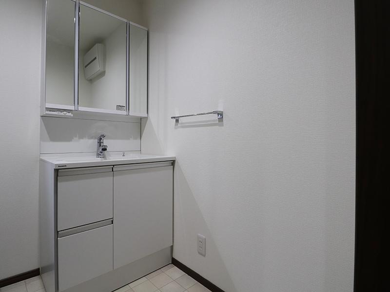 シンプルに仕上げた洗面所